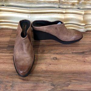 Donald J Pliner Brown Leather Clogs. SZ 10M